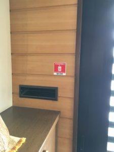 玄関にセコムの救急医療情報ステッカー