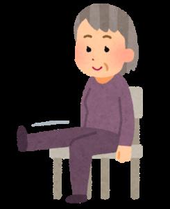 座りながら片足をあげているおばあさん
